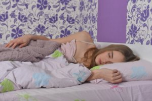寝室で寝ている女性