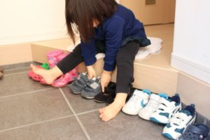 靴をそろえる少女
